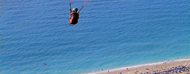 Paragliding (Παρά-πέντε) στην παραλία Κάθισμα