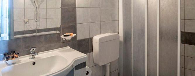 Separates Badezimmer mit Regendusche