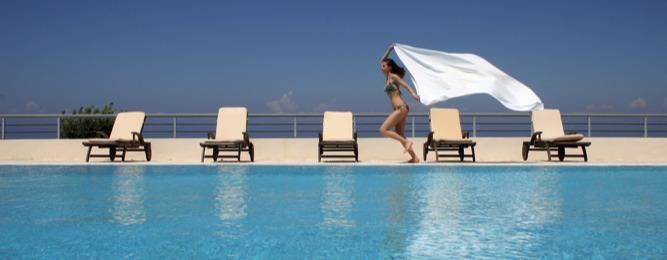 Χαλάρωση δίπλα στην πισίνα