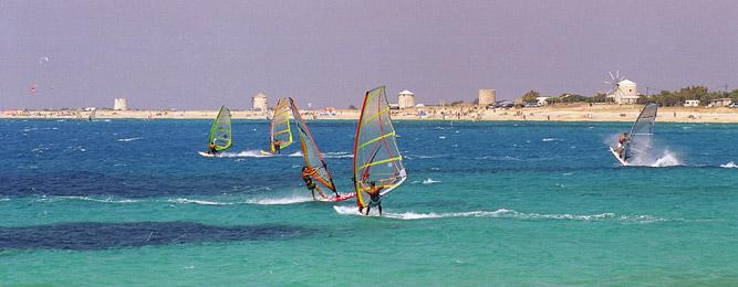 Κάνοντας windsurf στην παραλία του Άη Γιάννη